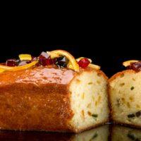 Cake inglés con frutos enconfitados, bañado en un almíbar de ron añejo y vainilla. 6-7 Pers. $7,75 8-10 Pers. $12,00