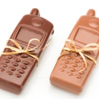 Figuras de chocolate negro 71% de cacao y chocolate con leche 45% de cacao. $4.10