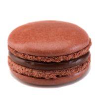 Macarrón relleno de ganache de chocolate negro.