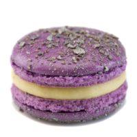 Macarrón relleno de ganache perfumada con regaliz y esencia natural de flor de violeta.