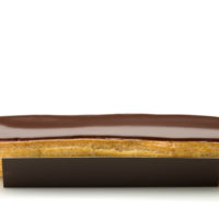 •Pâte à choux •Crema pastelera de chocolate negro •Glaseado de chocolate negro Sugerencia: servir frío. $3,85