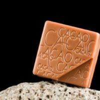 Chocolate con leche relleno de ganache de chocolate con maracuyá. $5,95/100gr