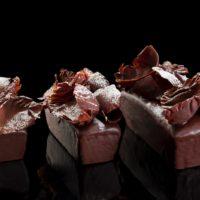 Cake de chocolate relleno de trufas de chocolate y bañado de chocolate negro 58% de cacao 3-4 Pers. $5,20 6-7 Pers. $8,05 8-10 Pers. $12,60