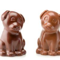 Figuras de chocolate negro 71% de cacao y chocolate con leche 45% de cacao. $3.10