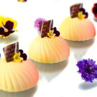 •Crème brûlée de mandarina y flor de jazmín •Mousse de chocolate blanco perfumada con vainilla natural •Bizcocho de almendra perfumado con ralladura de lima. Sugerencia: servir frío. $4,75
