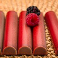 Barra de chocolate rellena de praliné de avellana y confit de mora y frambuesa. $6,45/100gr