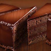 •Bizcocho de chocolate Sacher mojado con almíbar de mora •Mermelada de mora •Ganache de chocolate negro 58% de cacao •Glaseado de chocolate negro Sugerencia: sacar del frío cuarenta minutos antes de servir. $4,35