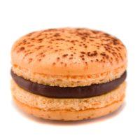 Macarrón relleno de ganache de maracuyá y chocolate negro 58% de cacao.