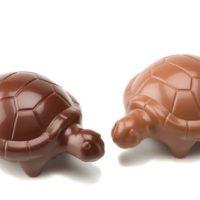 Figuras de chocolate negro 71% de cacao y chocolate con leche 45% de cacao. $4,95