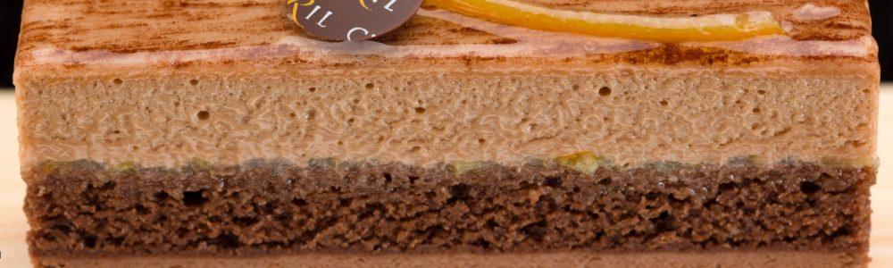 •Bizcocho de chocolate con base de mazapán •Mermelada de cítricos (limón y naranja) •Mousse de chocolate negro con base de masa bomba •Mousse de chocolate con leche con base de masa bomba Sugerencia: sacar del frío quince minutos antes de servir. $3,95 Unid.