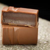 Chocolate con leche  relleno de ganache de caramelo  con su toque de sal. $5,95/100gr