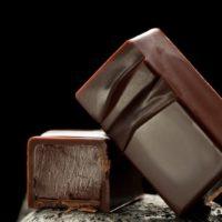 Chocolate negro relleno de ganache de chocolate perfumada con vainilla natural origen Ecuador. $5,95/100gr