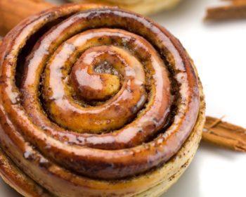 """Masa dulce con crema pastelera y canela en polvo, cubierto de un """"glaseado"""" dulce de naranja. $1,35"""