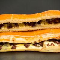 Masa de brioche rellena de crema pastelera de vainilla y chispas de chocolate 56% de cacao. $1,25