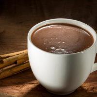 Intenso chocolate caliente elaborado con ramas de canela caramelizadas. Una propuesta más clásica de chocolate con canela y notas de caramelo. $3,95