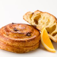Masa de croissant rellena de una crema pastelera perfumada con naranja y chispas de chocolate 56% de cacao. $1,25