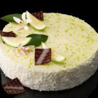 •Masa de galleta especial Cheesecake •New York Cheesecake perfumado con ralladura de limón amarillo •Bizcocho de limón verde •Mousse de limón amarillo •Glaseado de limón verde Sugerencia: sacar del frío diez minutos antes de servir.