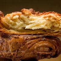 Parecida a una masa hojaldre caramelizada, es una especialidad de la región de Bretaña en Francia. $1,30