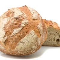"""Con su miga ligeramente acidulada, el pan de campagne es parte de los panes con un contenido de """"azúcares lentos"""" lo más alto y el más bajo en cuanto a lípidos. Ideal para acompañar platos con sabores fuertes y embutidos, el pan de de campagne es parte de los panes tradicionales de Francia. (Contiene solamente 0,9% de levadura.) $2,80"""