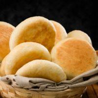 Pequeño pan suave tradicional de Inglaterra, ideal para acompañar el desayuno y la hora del té (tea-time). Por lo general se degusta caliente con mantequilla y/o mermelada. También es un pan utilizado para elaborar sánduches. $0,45