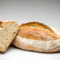 """Hace parte integrante de los panes franceses. Su nombre """"pan bastardo"""" proviene de su formato entre la baguette y el pan grueso, el cual aporta una proporción equilibrada entre la miga y la corteza. (Contiene solamente 0,2% de levadura.) $2,25"""