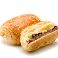 Masa de croissant rellena con dos barras de chocolate 65% de cacao origen Ecuador. $1,25