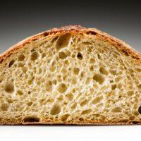 Sabroso y original, es ideal para acompañar mariscos, embutidos, alimentos ahumados y ciertos quesos. Al ser tostado, el toque ligeramente dulce de la miel hace de este pan el acompañante ideal para el Foie Gras. (Contiene solamente 0,2% de levadura.) $2,95
