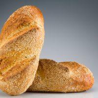 Tesoro nutricional y símbolo de inmortalidad, la semilla de ajonjolí es utilizada en numerosas preparaciones gastronómicas. Es una fuente de fitonutrientes como el ácido graso omega 6, de compuestos fenólicos (antioxidantes), vitaminas y fibras alimenticias. Debido a su alto contenido en semillas, este pan tiene una gran intensidad gustativa. Ideal para acompañar platos fuertes, entradas y ensaladas. (Contiene solamente 0,7% de levadura.) $2,95