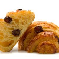 Masa de croissant rellena de crema pastelera de vainilla y pasas flambeadas con Kirsh. $1,20