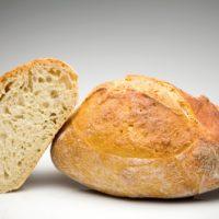 """Es nativo de la pequeña ciudad de Lodève y ancestro de los panes franceses. También llamado """"pain paillasse"""", tiene como característica el ser muy cocido y presentado entero sobre la mesa. Su alto contenido en levain le da un sabor propio, ácido y ligeramente amargo. (No contiene levadura.) $2,25"""