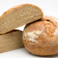 """Originario de los """"campos de Méteil"""" de l'Auvergne, región de Francia, este pan es una fusión entre el pan de campagne y el pan de seigle. Con su sabor intenso y rústico, es ideal para acompañar los platos con salsas, quesos, embutidos y patés. (Contiene solamente 0,2% de levadura.) $2,30"""