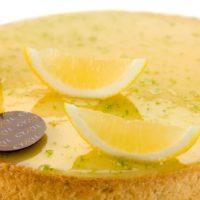 •Masa azucarada •Crema de limón •Bizcocho de limón •Glaseado de limón verde •Merengues crocantes •Limón enconfitado Sugerencia: servir frío.