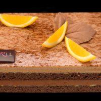 •Bizcocho de chocolate con base de mazapán •Mermelada de cítricos (limón y naranja) •Mousse de chocolate negro con base de masa bomba •Mousse de chocolate con leche con base de masa bomba Sugerencia: sacar del frío quince minutos antes de servir.