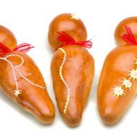Guagua de pan sin relleno $1,95 Guagua de pan rellena de ganache de chocolate negro $3,95 Guagua de pan rellena de mermelada de frutilla y ruibarbo $3,75 Guagua de pan rellena de dulce de leche $3,75 Guagua de pan rellena de crema de rosa y coulis de frambuesa $3,95 Disponibles a la venta del 01 de octubre hasta el 08 de noviembre