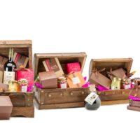 T1: $6.60 + productos escogidos T2: $9,95 + productos escogidos T3: $14,75 + productos escogidos T4: $16,00 + productos escogidos Selección de cuatro tamaños de cofres en madera. Puedes preguntar por nuestros cofres estándar o armarlos a tu gusto y según tu presupuesto.