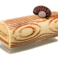 Bizcocho Joconde (almendra), bizcocho de de miel y nuez, crujiente de praliné de avellana, peras escalfadas en caramelo, mousse de caramelo. Sugerencia: sacar del refrigerador quince minutos antes de servir.
