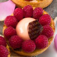 •Masa azucarada •Ruibarbo •Masa para clafoutis •Mousse ligera perfumada con esencia de rosa •Frambuesas frescas Sugerencia: servir frío. $4,65