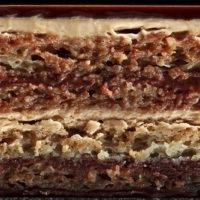 """Bizcocho """"Joconde"""" (almendra) Crema de café Ganache de chocolate 58% de cacao Glaseado de chocolate negro Sugerencia: sacar del frío veinte minutos antes de servir. $4,20 Unid."""