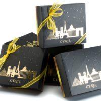 """Coffret """"Paris Or"""" Mini-galletas $3,10 + precio de las galletas al peso (incluye bolsa de obsequio) Macarrones: 12 macarrones $18,75 (incluye bolsa de obsequio) Chocolates:  41 chocolates noir et lait $24,95 (incluye bolsa de obsequio)"""