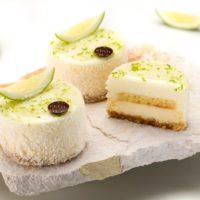 Masa de galleta especial Cheesecake New York Cheesecake perfumado con ralladura de limón amarillo Bizcocho de limón verde Mousse de limón amarillo Glaseado de limón verde Sugerencia: sacar del frío diez minutos antes de servir. $4,45