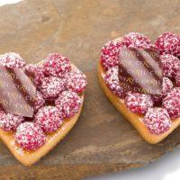 Tartaleta de frambuesa Masa azucarada Crema de almendra Frambuesas frescas Azúcar micro-pulverizado. Sugerencia: comer frío. $3,65