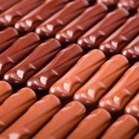 Sensualité chocolat au lait: Praliné de avellana y coco, cubierto de chocolate con leche. Sensualité chocolat noir: Praliné de avellana y almendra, con almendra tostada y naranja enconfitada, cubierto de chocolate negro. $5,90/100gr