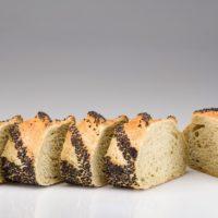 Este pan está hecho con una pasta de albahaca elaborada de manera artesanal, dejando expresar su sabor ligero que combina perfectamente con el ajonjolí negro. Es ideal para acompañar ensaladas, quesos y ciertos platos fuertes. (Contiene solamente 0,9% de levadura.) $2,60