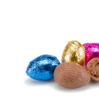rellenos de praliné de avellana o ajonjolí, disponibles en chocolate negro y chocolate con leche $7,60 los 100gr