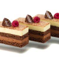 •Bizcocho de chocolate con base de mazapán •Mousse de chocolate negro 69% de cacao •Mousse de mandarina •Cacao en polvo y glaseado neutro. Recomendación del Chef Cyril, sacar del refrigerador cuarto de hora antes de consumir. $3,95