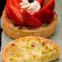 •Masa azucarada •Ruibarbo •Masa para clafoutis •Frutillas frescas •Crema Chantilly perfumada con vainilla. Recomendación del Chef Cyril, consumir frío. $4,45