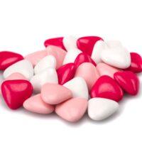 Pequeños corazones en chocolate con leche recubiertos de una fina capa de azúcar. $5,70/100gr