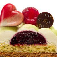 Masa Spéculoos Bizcocho de limón Confit de frutos rojos Mousse ligera de chocolate blanco y limón verde Coeur Rouge Étoilé. Recomendación del Chef Cyril, sacar del refrigerador diez minutos antes de consumir. $4,75