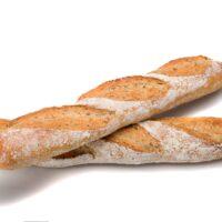 """Nueva baguette elaborada en base de harina de trigo, harina de centeno y linaza. Con una intensidad de gusto más alta que la """"baguette de tradition"""" y su corteza crujiente, la baguette au seigle et graines de lin acompaña platos con salsa, quesos, embutidos, mariscos y salmón ahumado. (Contiene solamente 0,4% de levadura.) $1,90"""