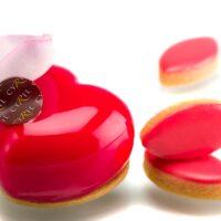 "Capsule Cyril – L'Occitaneen Provence Édition Limitée. Bizcocho de almendra, cremoso perfumado con pétalos de rosas, mousse ""lait d'amande"" (almendra) glaseado de rosa, masa azucarada, pétalo de rosa comestible. $4,80"